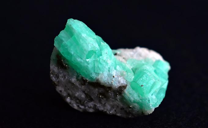 エメラルドの原石の色