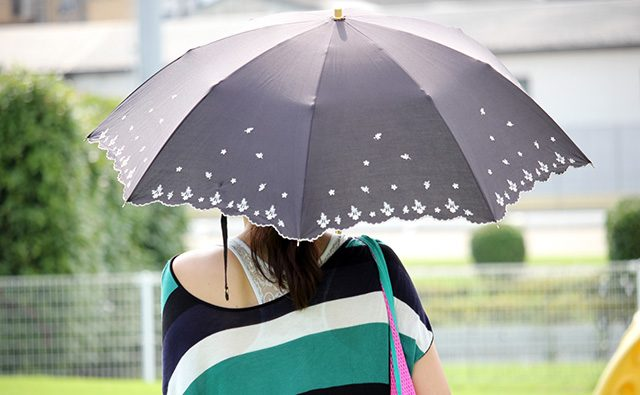 日傘の色:白と黒のちがい
