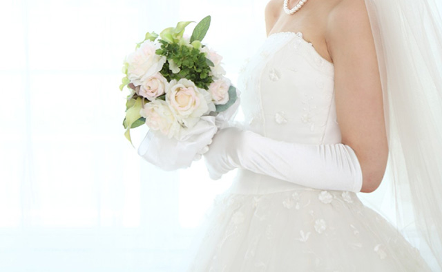 ウェディングドレスの白